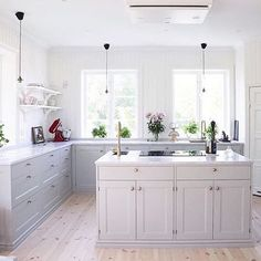 """69 gilla-markeringar, 3 kommentarer - @fjaraskupan på Instagram: """"@villabjorkviken vackra kök med en stor köksö i mitten och vår takmonterade modell Etage som är som…"""""""