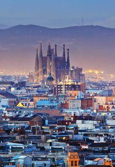 El precio de la vivienda de segunda mano cae un 0,7% en 2016  El precio de la vivienda usada en España ha registrado un descenso interanual del 0,7% en el conjunto del año, según los cálculos de un portal inmobiliario, que subraya que este dato refleja la vuelta a la normalidad con una marcada tendencia positiva.  De hecho, pese a que los precios han caído en los últimos 12 meses un 0,7% hasta los 1.553 euros/m2, está previsto que se incrementen el 1,3% en el último trimestre.  Fuente: EFE