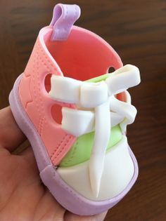 Great picture tutorial on making fondant baby shoes, ballet slippers, sneakers, and even boots. Fondant Baby Shoes, Fondant Flower Cake, Fondant Cakes, Cupcake Cakes, Cupcakes, Fondant Bow, Cake Topper Tutorial, Fondant Tutorial, Cake Toppers