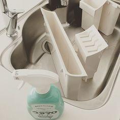 * こんにちは😊 暑いね〜😂←最近の挨拶だよね😂 今日は、キッチンパーツと #キッチン丸洗い ①ウタマロクリーナーで洗いました ②パーツは、シンク下のここ‼️ ③ウタマロクリーナー➕サンサンスポンジ で丁寧に洗いました。 こう言う、棚の中ってホコリとか知らない間に たまるよね💦 ④キッチン丸洗いは、 ウタマロクリーナー➕サンサンスポンジでまずは 洗いました。 その後は丁寧にキッチンペーパーで拭いて。 その後は水拭き2回。 その後はパストリーゼで拭き掃除 IHパーツはキュキュット泡スプレーで 洗いました。 ⑤シンク下のパーツ外した所は パストリーゼで拭き掃除しました🙋✨ * 🌿サンサンスポンジや、ウタマロクリーナー お掃除道具など使ってるもの楽天roomに載せてます🌿 * #一戸建て #注文住宅 #マイホーム #myhome #家#おうち #キッチン#リクシル#アジアン#アジアンインテリア #アジアンテイスト #育休中#子供がいる暮らし#暮らし#持たない暮らし #すっきり暮らす…