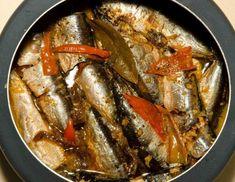 INGREDIENTES1 kg de filé de sardinha fresca8 tomates maduros sem pele e sem semente (picados em cubos grandes)1 pimentão verde cortado em tiras2 cebolas cortada