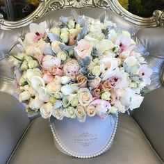 Lush whites and blushes ! One post after another Hat Box Flowers, Flower Boxes, Cut Flowers, Fresh Flowers, Amazing Flowers, Pretty Flowers, Sugar Flowers, Flower Designs, Floral Arrangements