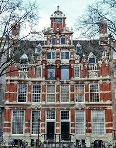 Huis Bartolotti (circa 1618-1621), Herengracht 170-172.  Dit dubbele huis heeft twee deuren. Reeds in de 17de eeuw werd het huis gesplitst. Oorspronkelijk was er alleen de linkerdeur: op de plaats van de rechterdeur zat een raam. In 1967-1971 is het huis door de Vereniging Hendrick de Keyser gerestaureerd. Het bovenste deel van de topgevel is toen gereconstrueerd (het deel met het opschrift met het jaartal in Romeinse cijfers).