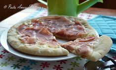 Pizza al prosciutto crudo cotta in padella, pane e lievitati