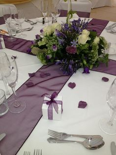 ideas for wedding purple table setting colour Purple Wedding Tables, Round Wedding Tables, Silver Wedding Decorations, Purple And Silver Wedding, Purple Wedding Centerpieces, Wedding Flowers, Gold Wedding, Trendy Wedding, Round Tables