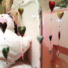 #InstagramELE #corazón  Me encantan los corazones por eso quiero hacer este móvil decorativo que vi en un escaparate de Nueva York  #movildecorativo #movildecorazones