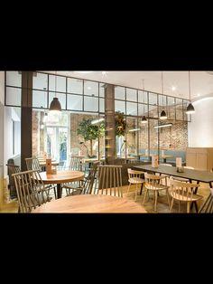 Restaurante donde predomina la madera