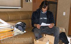 """EW: """"Um dia com Norman Reedus nos sets de TWD"""" - NR lendo as cartas dos fãs em seu trailer"""
