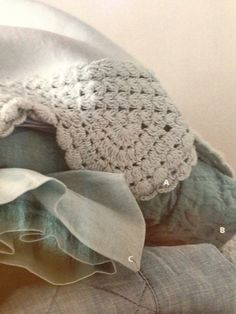 Love the crocheted border on this blanket from the @Vicki Smallwood Snyder Barn catalogue!