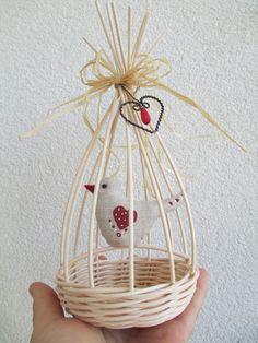 Klícka+4+Spodní+průměr +dna+je+9+cm.+Výška+cca+23+cm.+Ptáček+z+bavlny,+domalován+z+obou+stran.+Lze+zavěsit Bird Cages, Wicker Baskets, Dyi, Creations, Zara, Spring, Paper, Craft, Weaving Looms