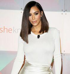 Kim Kardashian a kócos és simára fésült lob-fazont egyformán kedveli, és igen sokoldalúan váltogatja hajának stílusát.