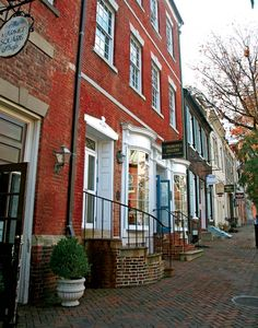 I am really big on American colonial architecture.  It reminds me of what a fascinating history my country has, long before my family even came to this continent.  Old Town Alexandria, Virginia