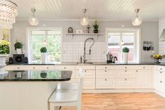 Exklusivt kök från Ballingslöv med stor köksö och bänkskivor i granit.
