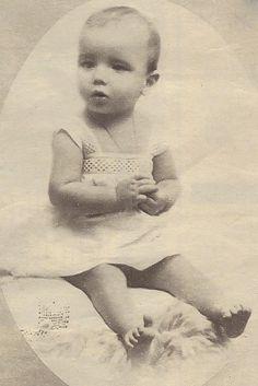 Pierre Louis le Bris als Kleinkind..  Pierre Brice wurde am 6. 2. 1929 in der Hafenstadt Brest, Bretagne, Fankreich unter dem bürgerlichen Namen Pierre Louis le Bris geboren...