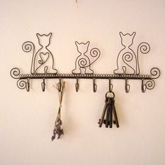 Wire cats Do this with owls Cat Crafts, Wire Crafts, Metal Crafts, Arts And Crafts, Cat Jewelry, Wire Jewelry, Wire Ornaments, Art Du Fil, Creation Deco