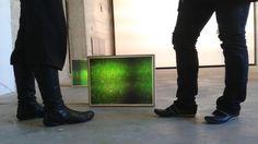 Diese Beine stehen in der Kunstausstellung [cache] von Andrea Flemming und Imke Freiberg im Bunker-D.