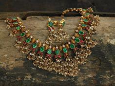Beautiful Emeralds Temple Jewellery from ARNAV Emerald Jewelry, Pearl Jewelry, Antique Jewelry, Gold Jewelry, Diamond Jewellery, Gold Necklace, Gem Necklaces, Antique Gold, Indian Necklace