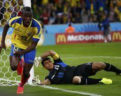 Ecuador respira en la copa y Honduras se despide. alencia sale corriendo a festejar su gol. Ecuador le ganó 2-1 a Honduras.