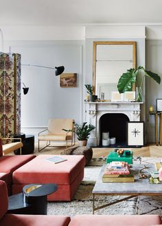 The SoHo loft of Jenna Lyon – former creative director of J. Crew – is an absolute dream home! That Jenna has impecable taste was already known, because her former home was also extremely beautiful. Soho Loft, Living Room Designs, Living Room Decor, Living Spaces, Small Living, Modern Living, Rosa Sofa, Soho Apartment, Light Hardwood Floors