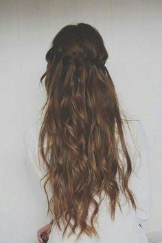 Treccia a cascata su capelli castani e mossi