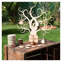 Árbol de los deseos de 40x40cm, con piezas de corazón donde los invitados pueden firmar, pintar o dedicar sus mejores palabras. Todo en madera. Diseño 2brain.es