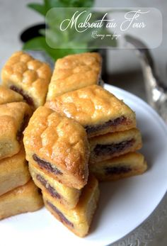 Eid Sweets, Arabic Sweets, Arabic Food, Algerian Cookies Recipe, Croatian Cuisine, Algerian Recipes, Algerian Food, Biscuit Recipe, Mediterranean Recipes