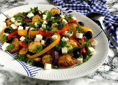 Skøn, græsk kartoffelsalat med peberfrugt, feta og små bagte kartofler, som serveres lun til blandt andet kød og grillmad. Nemt og lækkert tilbehør...