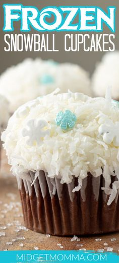 Perfect Frozen cupcakes for the Frozen movie fan! If you are looking for a super easy Frozen recipe for a Frozen party then you will love these Easy Frozen Cupcakes! Movie Cupcakes, Frozen Cupcakes, Frozen Cake, Yummy Cupcakes, Easy Cake Recipes, Cupcake Recipes, Easy Desserts, Sweet Recipes, Delicious Desserts