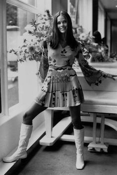 Ali MacGraw in Ossie Clark Dress, photographed by Harry Dempster, 1969 Ali Macgraw, Ossie Clark, Style Année 60, Style Icons, Cool Style, 70s Icons, Retro Mode, Vintage Mode, Vintage Style