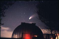 Nella foto di Giovanni Arici la cometa Hale-Bopp sopra la cupola dell'Osservatorio Serafino Zani.