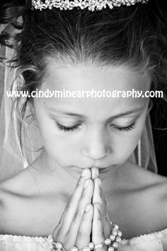 First Holy Communion Portrait, LOVE this picture Communion Solennelle, First Communion Banner, Holy Communion Dresses, First Communion Invitations, First Holy Communion, Communion Hairstyles, Religious Photos, Poses, Pictures