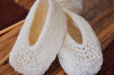 Ravelry: Magic Slippers pattern by Caroline Hegwer - free Knitting Patterns Free, Knit Patterns, Free Knitting, Baby Knitting, Free Pattern, Knitted Booties, Knitted Slippers, Slipper Socks, Baby Ballet