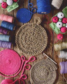 SusiMiu | TIENDA ONLINE Sem Internet, Straw Bag, Instagram, Barcelona, Sewing Tutorials, Trapillo, House Decorations, Crates, Crocheting