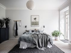 This bedroom has such a simple look yet looks so fresh with the white walls, light flooring and soft linen textiles. The area rug at the end of the bed makes everything a bit more cozy and I really like … Continue reading → Home Bedroom, Bedroom Decor, Bedroom Ideas, White Bedroom Design, Scandinavian Bedroom, Decoration Design, How To Make Bed, Modern Room, Home Interior