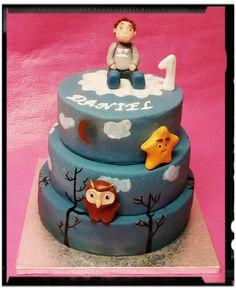 Tarta infantil personalizada con muñeco buho y estrella de canción. Y Muñeco modelado como el niño. Detalles pintados a mano.