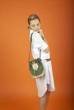 - Antoinette Ameska -  Petit sac Tokyo en cuir kaki, et chevron or. Sac seau avec une lanière de serrage. Maroquinerie haut de gamme pour femme. #sac #seau #kaki #or #tendances #fashion #été #shooting #antoinetteameska