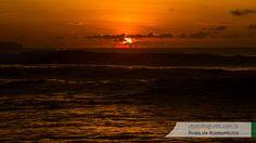 Conforme o sol vem surgindo no horizonte, as ondas também começam a apontar no horizonte