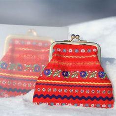 Ságat - Seija Ranttila http://www.sagat.fi/shop/ Pirita kukkaro 8cm lukolla tyylikkäässä pakkauksessa, väri punainen