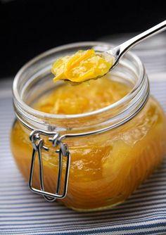 2 kg appelsiineja 2 sitruunaa 3 cm:n pala inkivääriä 1 kg hillosokeria  Kuori puolikkaasta appelsiinista keltainen osa kuorimaveitsellä ja leikkaa ohuiksi noin kaksi senttimetriä pitkiksi suikaleiksi. Food And Drink, Honey, Baking, Sweet, Recipes, Koti, Drinks, Candy, Drinking