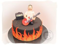 Tarta para un guitarrista. Bizcocho de chocolate y naranja relleno de chocolate blanco con nueces. Cake for a guitarist. Chocolate and orange cake, filled with white chocolate with nuts.