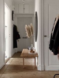 Home Våra Hem Historiska hem House Hallway ideas hem Historiska Home Våra Home Design, Home Interior Design, Interior Architecture, Interior Decorating, Hallway Decorating, Danish Interior, Simple Interior, Contemporary Interior, Decorating Ideas