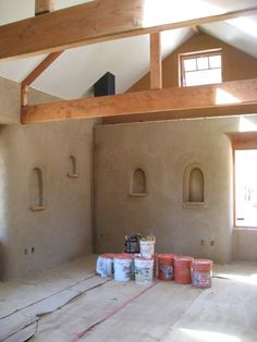 Strawbale house with ornament nooks Cob Building, Green Building, Building A House, Straw Bale Construction, Earth Bag Homes, Earthship Home, Mud House, Adobe House, Clay Houses