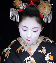 okiya: 舞妓 とし桃さん Today in Kyoto, Japan Wednesday, February Congratulations to Toshimomo, who made her debut as a maiko in the Miyagawacho district today. Kyoto, Geisha Art, Kimono Japan, Asian Eye Makeup, Turning Japanese, Japanese Fabric, Hair Ornaments, Interesting Faces, Japan Fashion