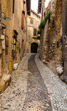 """Malcesine ist ein kleiner Ort am Ostufer vom Gardasee, er wird oft als """"Perle des Gardasees"""" bezeichnet."""