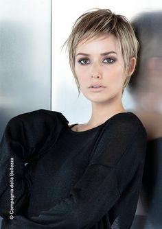 The acconciature capellicorti Mary Haircuts is part of Short grey hair - La acconciature capellicorti the acconciature capellicorti Pixie Hairstyles, Pixie Haircut, Hairstyles With Bangs, Pretty Hairstyles, Straight Hairstyles, Haircuts, Short Grey Hair, Short Straight Hair, Short Hair Cuts