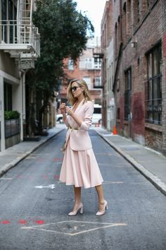 all blush office style blush midi dress Smart Casual Blazer Outfit, Blazer Outfits For Women, Smart Casual Wear, Nyc Fashion, Office Fashion, High Fashion, Blush Outfit, Business Professional Outfits, Business Fashion