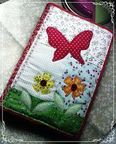 Feita em tecido 100% algodão, forrada em tecido e revestido com manta, aplicações em tecido e botões. R$ 35,00