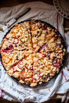 Yeast risen base with fruit & crumble tart Tart Recipes, Sweet Recipes, Baking Recipes, Dessert Recipes, Sweet Pie, Sweet Tarts, Just Desserts, Delicious Desserts, Yummy Food