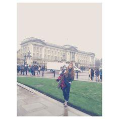 #Birmingham palace  이 성에 방이775개 인데 여왕 부부 둘만 산다네... 오늘은 여왕이 궁전에 있어 깃발이 특이하게 걸려 있는 모습 . #London #goodtrip #beatiful#city#유럽여행 #goodlife #goodpic #funny #fallowme #instapic #instaphoto #lovely by ly1592