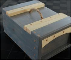 View these effortless woodworking projects you can build! They don't need a proper workshop and are great beginner DIY small woodworking projects. Tool Box Diy, Wood Tool Box, Wooden Tool Boxes, Small Wood Projects, Woodworking Hand Tools, Beginner Woodworking Projects, Woodworking Ideas, Welding Projects, Pallet Projects